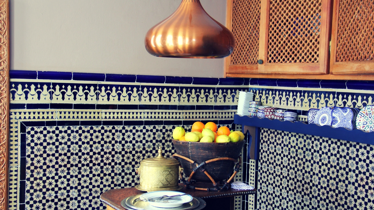 Bronze a navy make a perfect combination in the kitchen area.